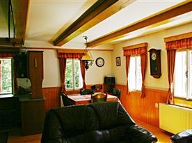 Obytná místnost s jídelnou a kachlovými kamny