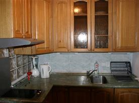 Vybavená kuchyňka s dvouplotýnkovou varnou deskou