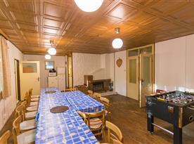 Společenská místnost / jídelna s velkým krbem