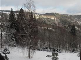 Okolní krajina pod sněhem