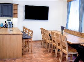 Společenská místnost s kuchyní a televizí