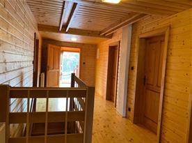 Chodba v patře, vchod chaty