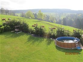 Pohled na zahradu s bazénem