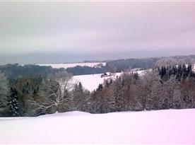 Zimní pohled na chalupu