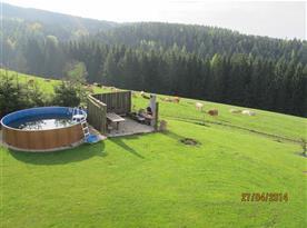 Pohled na bazén a okolní přírodu