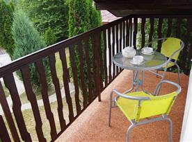 Posezení na balkónu chaty