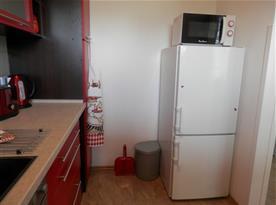 kuchyňský kout, lednička s mrazákem, mikrovlnná trouba