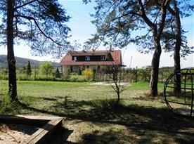 pohled na dům od lesního dětského hřiště