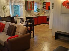 pohled přes obývací část do kuchyně