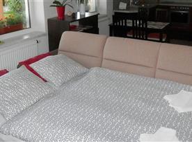rozložená pohovka v obývací části
