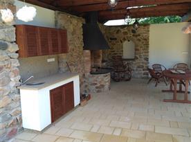 kuchyňka a krb na terase