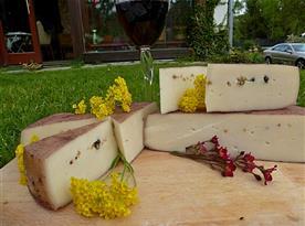 ráno se sýry květinkami a dobrým vínem takový může být sváteční den v Modleticích