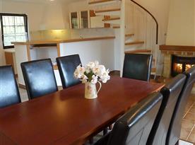 Mezonetový apartmán - posezení u krbu - obytná kuchyně s jídelnou
