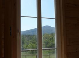 Pohled z objektu na krásnou krajinu v okolí