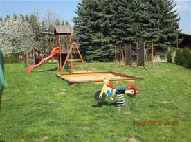 veřejné dětské hřiště u chaty
