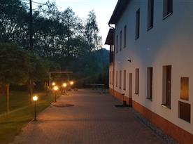 Osvícený chodník k domu