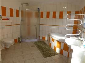 Koupelna s rohovou vanou a sprchovým koutem