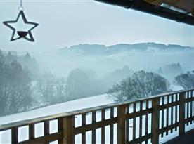 Výhled z terasy na zimní krajinu