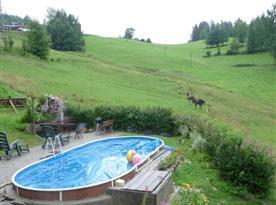 Možnost využití bazénu, posezení s grilem a ohništěm