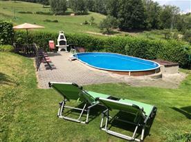 Posezení s možností grilování u bazénu