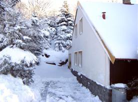 Pohled na chatu v zimě