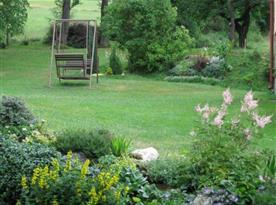 Udržovaná zahrada s houpačkou