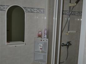 Sprchový kout s umyvadlem a zrcadlem