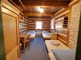 Pokoj s lůžky, stolkem a skříňkou