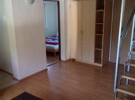 Pohled do ložnice ze společenské místnosti