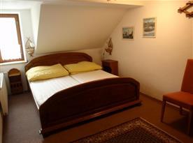 Dvoulůžková ložnice v 15lůžkovém apartmánu v 1. patře