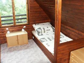 Podkrovní ložnice s lůžky a skříňkou