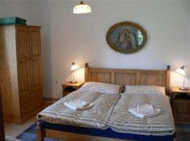 Apartmán A s ložnicí A s lůžky, skříní, nočním stolkem, lampičkou