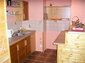 Kuchyně v apartmánu C s ledničkou, mikrovlnnou troubou a rychlovarnou konvicí