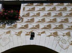 Detail fasády s renesančními sgrafity ze dvora