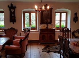 Hlavní obývací místnost s renesančními kachlovými kamny
