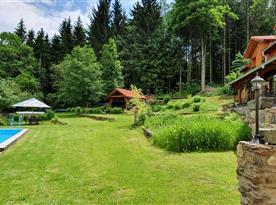 Celkový pohled na zahradu od vstupních vrat