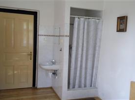 sprchový kout a umyvadlo v ložnici č. 1