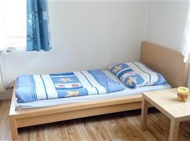 ložnice č. 2 - skříň, komoda, 3 lůžka