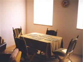 Obývací pokoj se stolem a židlemi