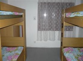 Pokoj s patrovou postelí a skříní