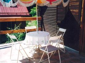 Příjemné posezení na terase pod slunečníkem