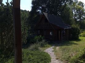Výhled z venkovního posezení na chatu