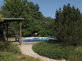 Pohled na bazén a posezení