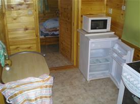 Pohled ze společenské místnosti do jedné z ložnic