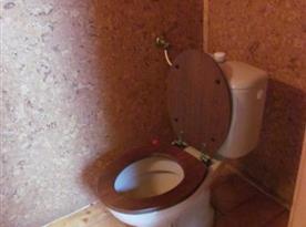 Samostatná toaleta v patře
