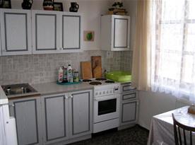 Kuchyně se sporákem, lednicí, varnou konvicí a toustovačem