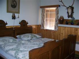 Pokoj s lůžky, nočním stolkem, skříňkou a lampičkou