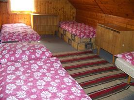 Podkrovní pokoj s lůžky, peřináčem a skříňkou