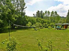 Zahrada s hřištěm, posezením a bazénem