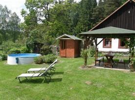 Posezení u bazénu v rozlehlé zahradě